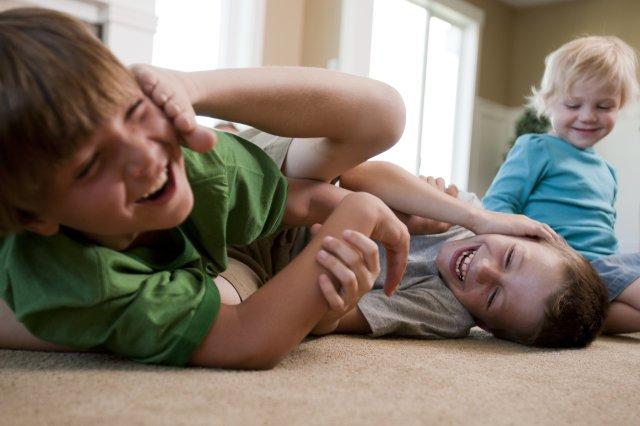 il metasegnale - bambini che giocano alla lotta