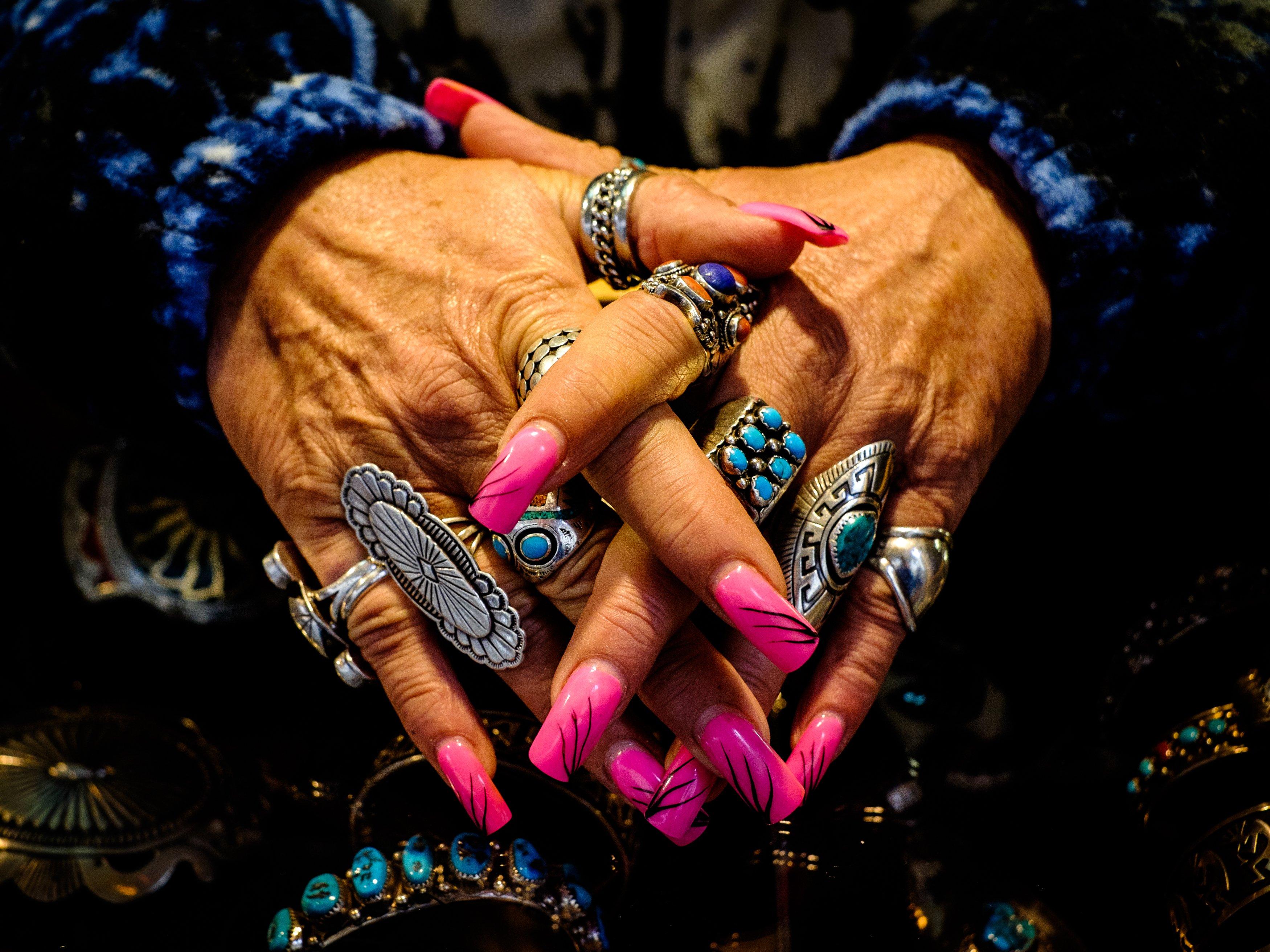 mani con unghie e anelli