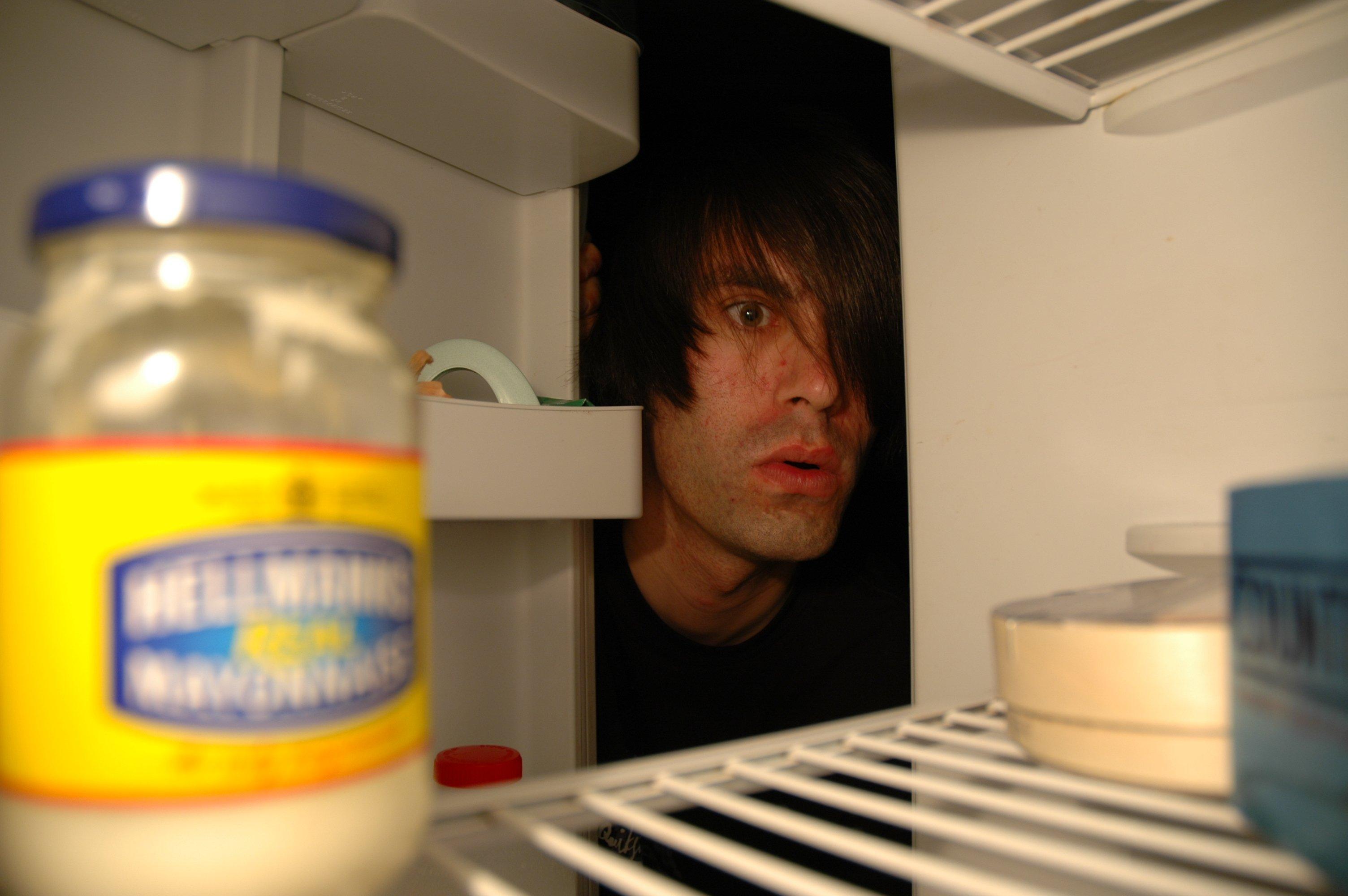 uomo cerca nel frigo